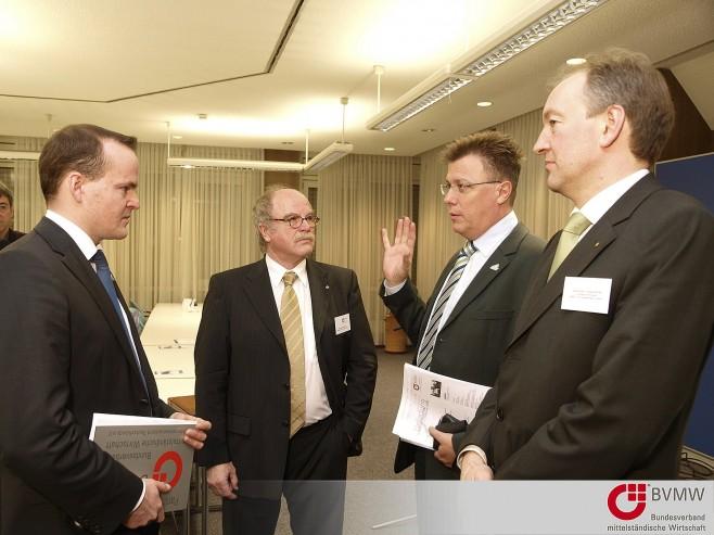 v.l. Sebastian Lange, K.H. Bommersheim, Dr. Felix Gress, Alexander Langendörfer im Gespräch